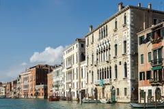 VENEDIG ITALY/EUROPE - OKTOBER 12: Fartyg som förtöjas i Venedig Italien Royaltyfria Bilder