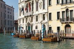 VENEDIG ITALY/EUROPE - OKTOBER 12: Fartyg som förtöjas i Venedig Italien Royaltyfria Foton