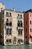VENEDIG ITALY/EUROPE - OKTOBER 12: Fartyg som förtöjas i Venedig Italien Royaltyfri Bild