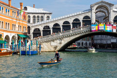 VENEDIG ITALY/EUROPE - OKTOBER 12: Fartyg som kryssar omkring ner Granen Arkivfoton
