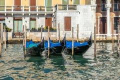 VENEDIG ITALY/EUROPE - OKTOBER 12: Gondoler som förtöjas i Venedig det Royaltyfria Foton