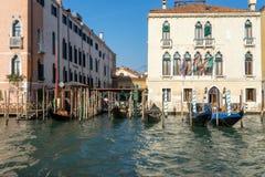 VENEDIG ITALY/EUROPE - OKTOBER 12: Gondoler som förtöjas i Venedig det Fotografering för Bildbyråer