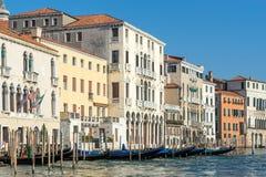 VENEDIG ITALY/EUROPE - OKTOBER 12: Gondoler som förtöjas i Venedig det Royaltyfri Bild