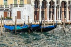 VENEDIG ITALY/EUROPE - OKTOBER 12: Gondoler som förtöjas i Venedig det Royaltyfri Foto