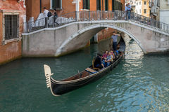 VENEDIG, ITALY/EUROPE - 12. OKTOBER: Gondoliere, der sein tradein ausübt Lizenzfreie Stockfotografie