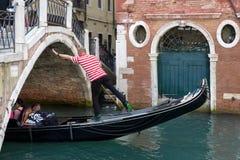 VENEDIG, ITALY/EUROPE - 12. OKTOBER: Gondoliere, der sein tradein ausübt Stockfoto