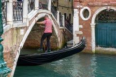 VENEDIG, ITALY/EUROPE - 12. OKTOBER: Gondoliere, der sein tradein ausübt Stockfotos