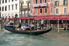 VENEDIG ITALY/EUROPE - OKTOBER 12: Gondoljär i Venedig Italien på Royaltyfria Bilder