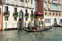 VENEDIG ITALY/EUROPE - OKTOBER 12: Gondoljär som färjer en passeng Arkivfoton