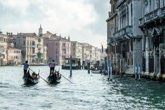 VENEDIG ITALY/EUROPE - OKTOBER 12: Gondoljär som färjer folk in Fotografering för Bildbyråer