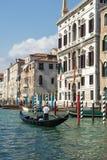 VENEDIG ITALY/EUROPE - OKTOBER 12: Gondoljär som färjer folk in Royaltyfria Foton