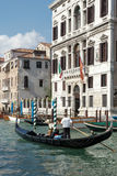 VENEDIG ITALY/EUROPE - OKTOBER 12: Gondoljär som färjer folk in Royaltyfria Bilder