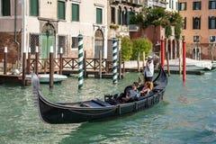 VENEDIG ITALY/EUROPE - OKTOBER 12: Gondoljär som färjer folk in Arkivbild