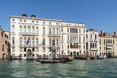 VENEDIG ITALY/EUROPE - OKTOBER 12: Gondoljär som färjer folk in Royaltyfri Bild