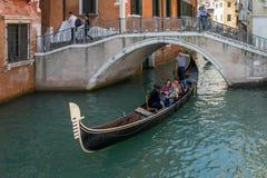 VENEDIG ITALY/EUROPE - OKTOBER 12: Gondoljär som plying hans tradein Royaltyfri Bild