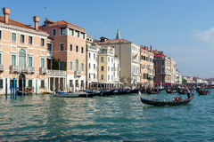 VENEDIG ITALY/EUROPE - OKTOBER 12: Gondoljärer som färjer folk I Arkivfoto