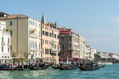 VENEDIG ITALY/EUROPE - OKTOBER 12: Gondoljärer som färjer folk I Royaltyfri Foto