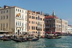 VENEDIG ITALY/EUROPE - OKTOBER 12: Gondoljärer som färjer folk I Royaltyfri Fotografi