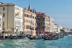 VENEDIG ITALY/EUROPE - OKTOBER 12: Gondoljärer som färjer folk I Fotografering för Bildbyråer