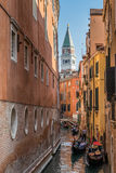VENEDIG ITALY/EUROPE - OKTOBER 12: Gondoljärer som färjer passenge Arkivfoto