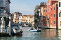 VENEDIG ITALY/EUROPE - OKTOBER 12: Motorbåt på en kanal i Veni Arkivbild
