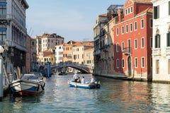 VENEDIG ITALY/EUROPE - OKTOBER 12: Motorbåt på en kanal i Veni Arkivfoton