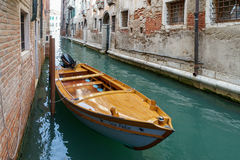 VENEDIG ITALY/EUROPE - OKTOBER 12: Motorbåt som förtöjas i en kanal Arkivfoto