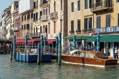 VENEDIG ITALY/EUROPE - OKTOBER 12: Motorbåt som förtöjas i Venedig I Royaltyfri Fotografi