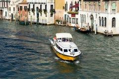 VENEDIG ITALY/EUROPE - OKTOBER 12: Motorbåt som kryssar omkring ner Arkivfoto