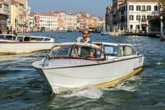 VENEDIG ITALY/EUROPE - OKTOBER 12: Motorbåt som kryssar omkring ner Royaltyfri Bild