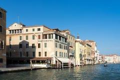 VENEDIG ITALY/EUROPE - OKTOBER 12: Motorbåt som kryssar omkring ner Fotografering för Bildbyråer