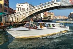 VENEDIG ITALY/EUROPE - OKTOBER 12: Motorbåt som kryssar omkring ner Arkivbilder