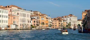 VENEDIG ITALY/EUROPE - OKTOBER 12: Motorbåt som kryssar omkring ner Royaltyfria Foton