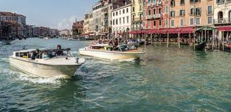 VENEDIG ITALY/EUROPE - OKTOBER 12: Motorbåtar som kryssar omkring ner Royaltyfri Foto