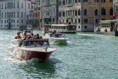 VENEDIG ITALY/EUROPE - OKTOBER 12: Motorbåtar som kryssar omkring ner Arkivbild