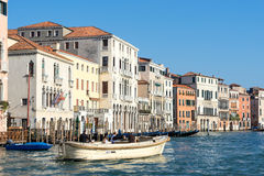 VENEDIG ITALY/EUROPE - OKTOBER 12: Powerboat som kryssar omkring ner Royaltyfria Foton