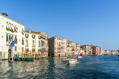 VENEDIG ITALY/EUROPE - OKTOBER 12: Powerboat som kryssar omkring ner Arkivbild