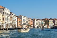 VENEDIG ITALY/EUROPE - OKTOBER 12: Powerboat som kryssar omkring ner Royaltyfri Bild