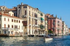 VENEDIG ITALY/EUROPE - OKTOBER 12: Powerboat som kryssar omkring ner Royaltyfri Fotografi