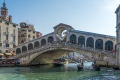 VENEDIG ITALY/EUROPE - OKTOBER 12: Rialto bro i Venedig Ital Arkivfoto