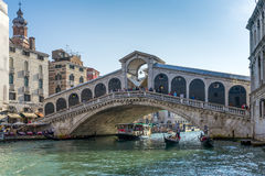 VENEDIG ITALY/EUROPE - OKTOBER 12: Rialto bro i Venedig Ital Royaltyfria Foton