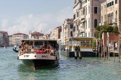 VENEDIG ITALY/EUROPE - OKTOBER 12: Vaporetto färja i Venedig det Royaltyfri Fotografi