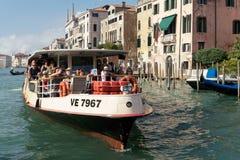 VENEDIG ITALY/EUROPE - OKTOBER 12: Vaporetto färja i Venedig det Royaltyfria Bilder