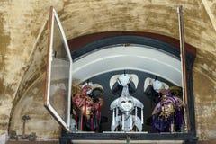 VENEDIG ITALY/EUROPE - OKTOBER 12: Ventian maskeringar i ett fönster in Royaltyfri Bild