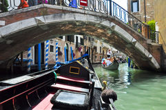 VENEDIG 15. JUNI: Gondel auf dem venetianischen Kanal am 15. Juni 2012 in Venedig, Italien. Stockfoto