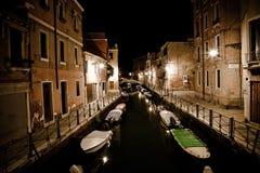 Venedig-Kanal bis zum Nacht Stockfoto