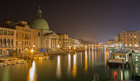 Venedig - Kanal groß und Kirche San Simeone Picolo nachts Lizenzfreies Stockfoto