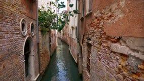 Venedig-Kanal, historische errichtende Beschaffenheiten mit zerstörten Fassaden stock footage
