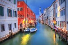 Venedig kanal i aftonen royaltyfria foton