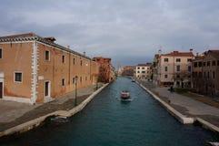 Venedig kanal i det Castello området Arkivfoto